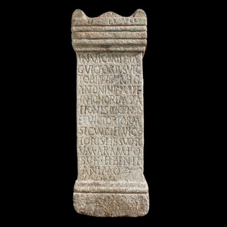 Ara granítica dedicada a Mitra, divinidad persa muy extendida por todo el imperio romano. Época romana Material: granito Cronología: principios del s. III d.C. hasta los años 320-350 d.C. Medidas: altura 0,935 m; anchura 0,363 m; profundidad 0,235 m. Área inscrita 0,635 x 0,315 m Altura de las letras: 0,004 m Los subrayados indican ligaduras.